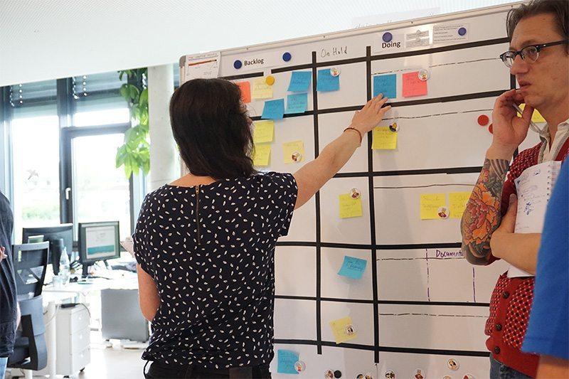 Agile Marketing: Das Daily-Stand-Up, eine Scrum-Zeremonie, bei coliquio.